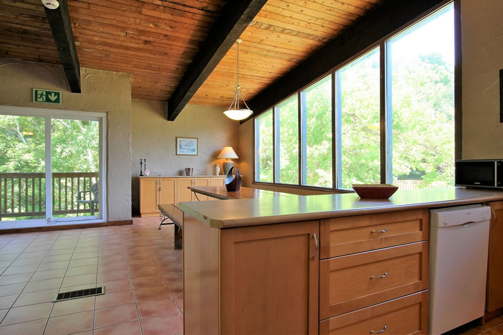 blue-mountain-chalet-rental-dining-area