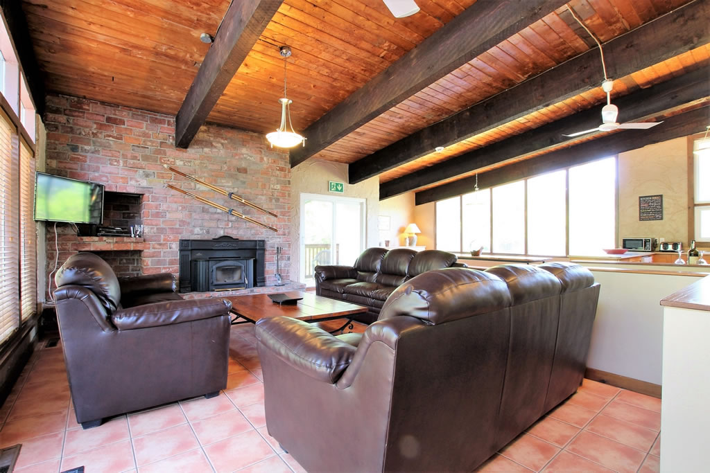 blue-mountain-chalet-rental-livingroom5