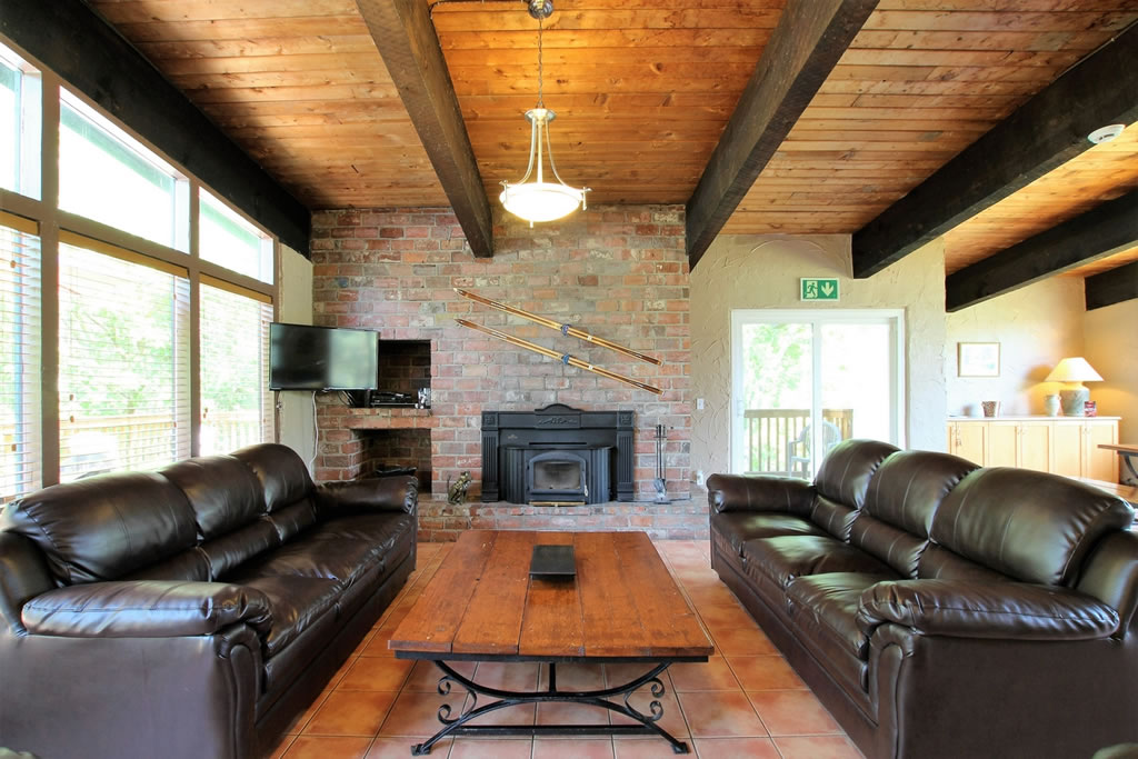 blue-mountain-chalet-rental-livingroom6