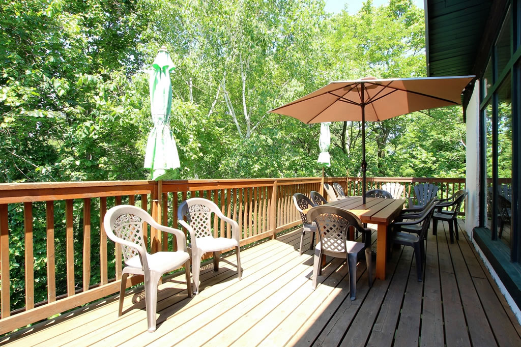 blue-mountain-chalet-rental-deck2