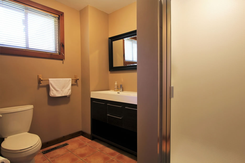 blue-mountain-chalet-rental-bathroom1