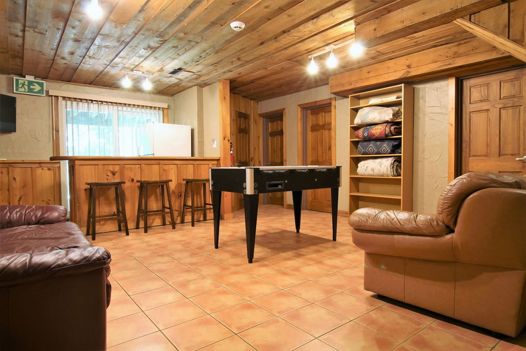 blue-mountain-chalet-rental-recroom6