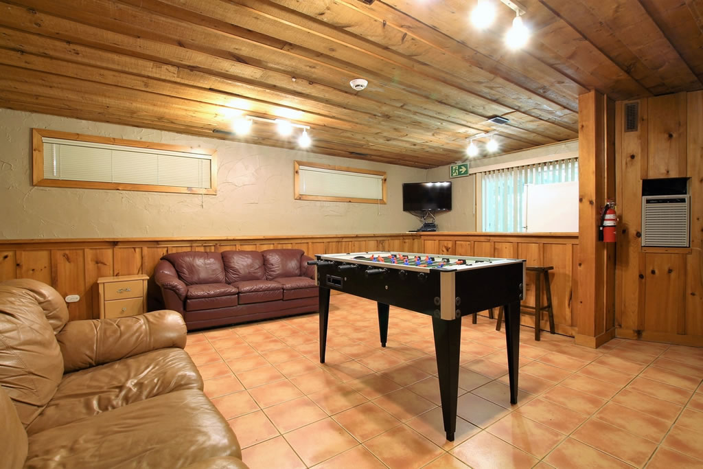 blue-mountain-chalet-rental-recroom3
