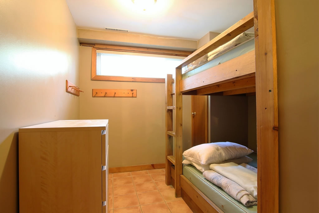 blue-mountain-chalet-rental-bedroom4