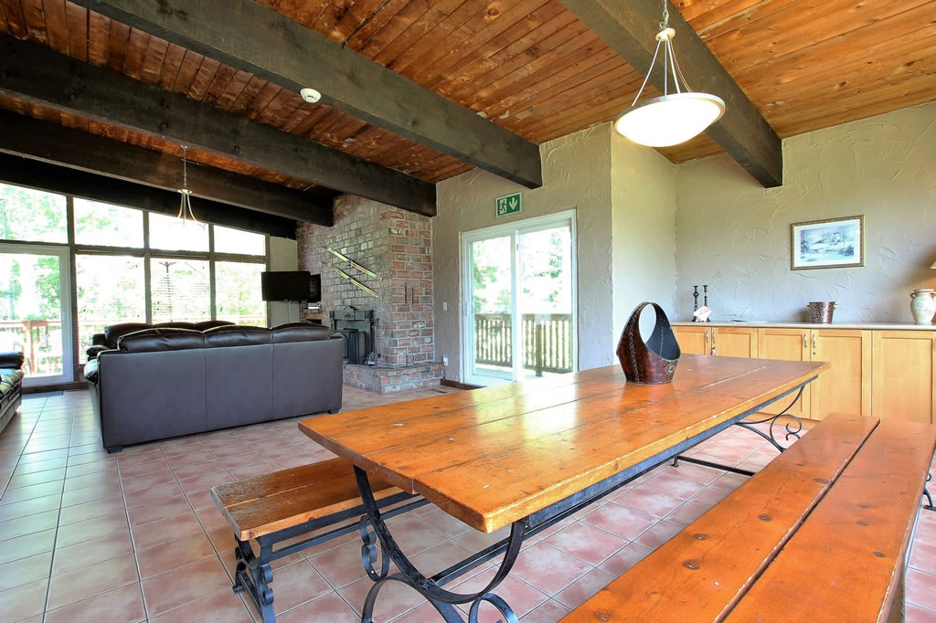 blue-mountain-chalet-rental-dining-room