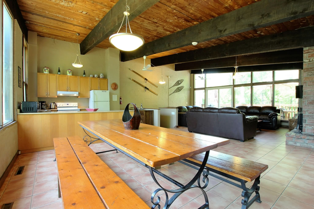 blue mountain chalet rental dining area