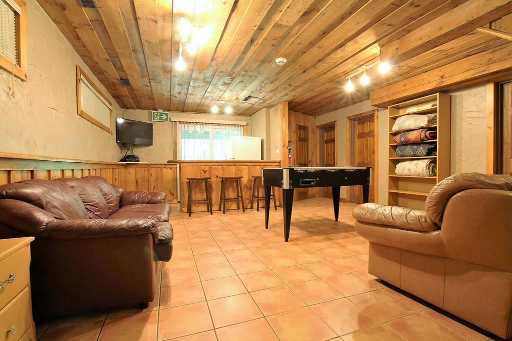 blue mountain chalet rental rec room