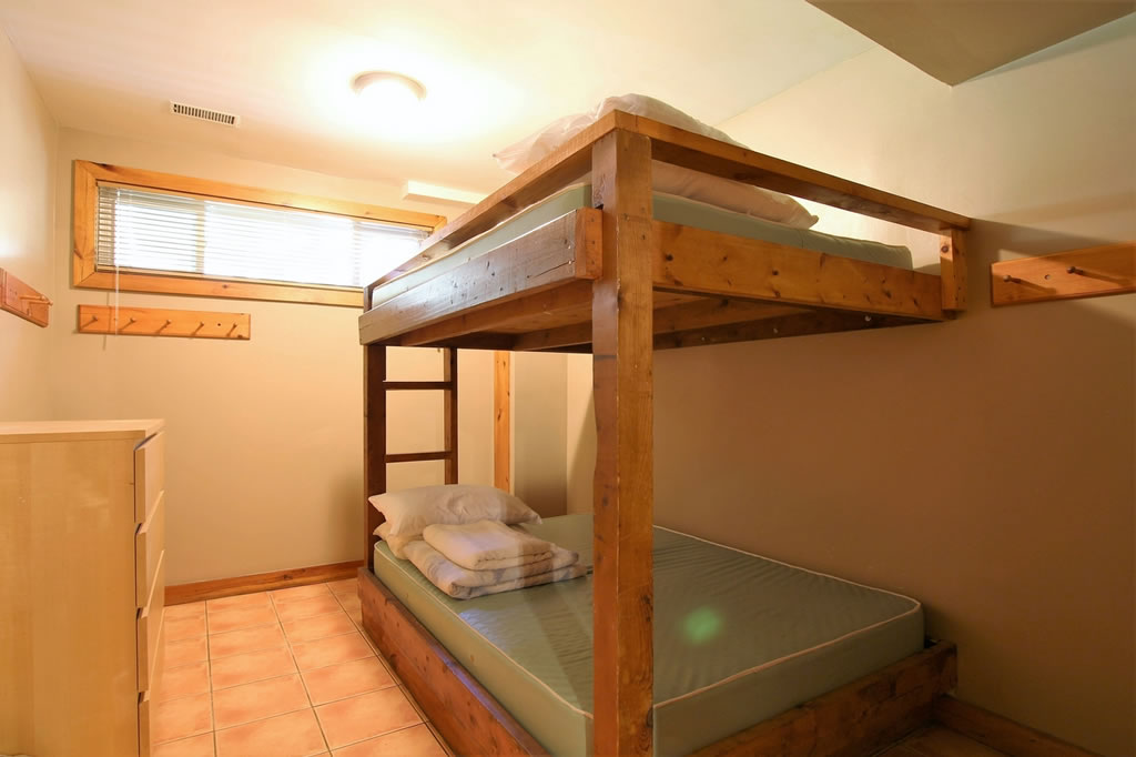 blue mountain chalet rental bedroom5