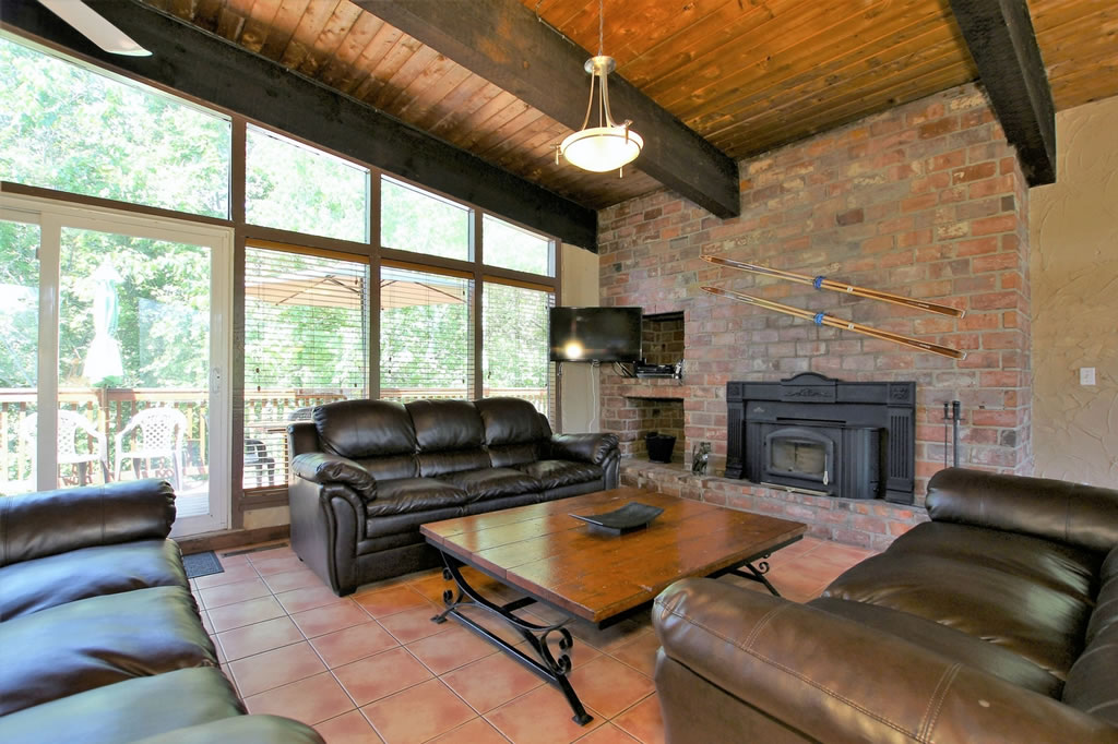 blue-mountain-chalet-rental-livingroom4
