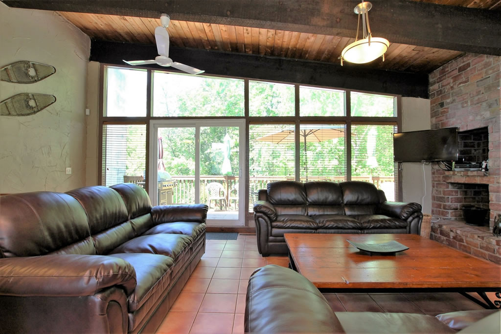 blue mountain chalet rental living room