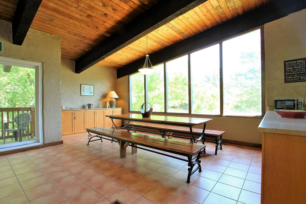 blue-mountain-chalet-rental-diningarea3